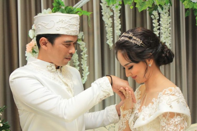 Artis peran Angelica Simperler dan suaminya, Rico Hidros Daeng. (Sumber: Alana Wedding/Robby).