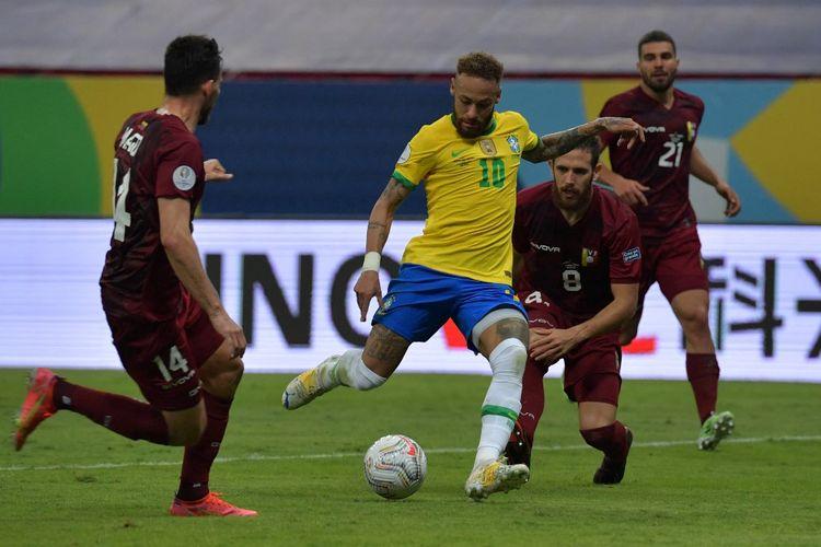Nyemar berebut bola dengan pemain Venezuela dalam pertandingan Copa America 2021 di Stadion Nasional Mane Garrincha, Senin (14/6/2021) dini hari WIB.