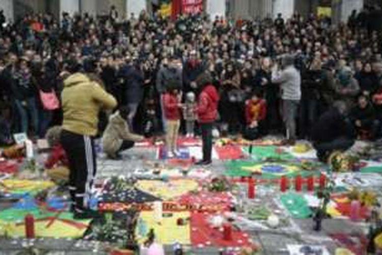 Warga Brussels, Rabu (23/3/2016), melakukan mengheningkan cipta untuk mengenang korban tewas dalam serangan bom di bandara dan stasiun kereta bawah tanah,