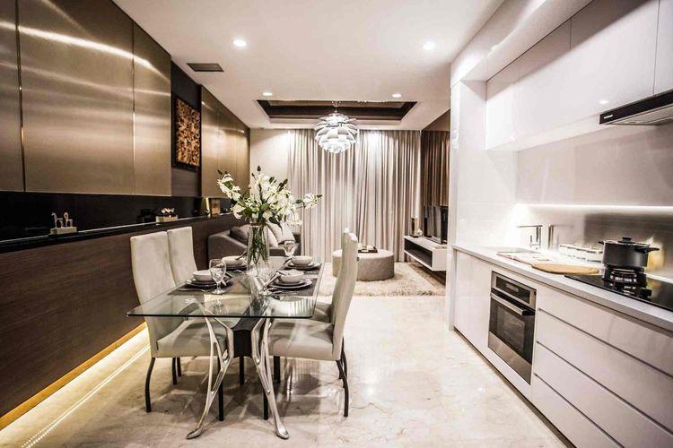 Desain ruang makan dengan meja makan yang pas, interior karya Samitrayasa