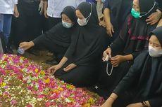 Sambut Jenazah Indah, Putrinya Korban Pesawat Sriwijaya Air SJ 182, Yusrilanita Tak Henti Berzikir