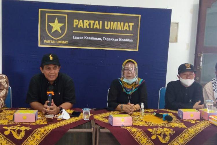 Ketua DPW Ummat DIY, Nazaruddin, (pertama dari kiri) dalam konferensi pers yang digelar panita pembentukan Partai Ummat DIY di Kantor Sekretariat Partai Ummat DIY, Kotagede, Kota Yogyakarta, Selasa (15/12/2020).