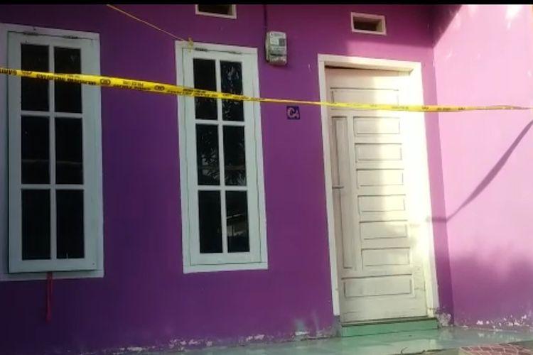 Salah satu kos di Kota Prabumulih tempat mayat pemandu karaoke bernama Sheila alias Prili ditemukan dalam kedaan terbekap selimut, sudah terpasang garis polisi, Jumat (28/2/2020).