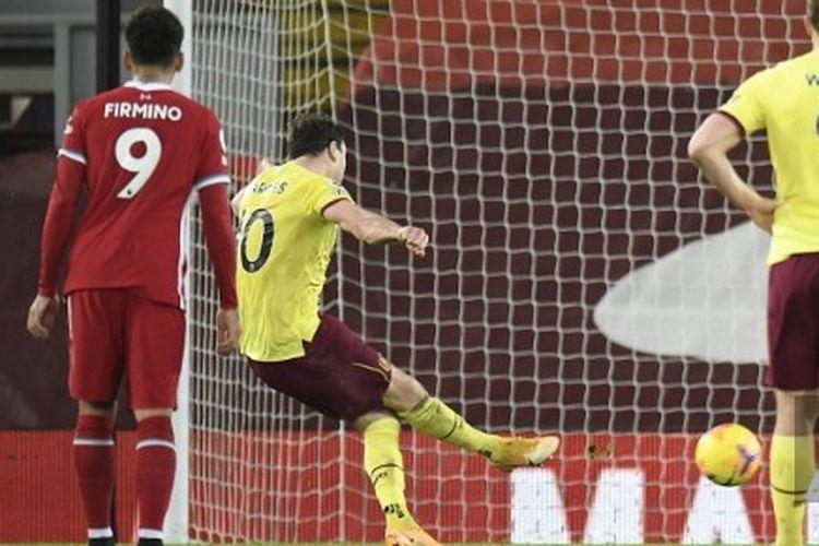 Ashley Barnes saat mengeksekusi penalti dalam laga Liverpool vs Burnley pada pertandingan tunda pekan ke-18 Liga Inggris di Stadion Anfield, Jumat (22/1/2021) dini hari WIB.