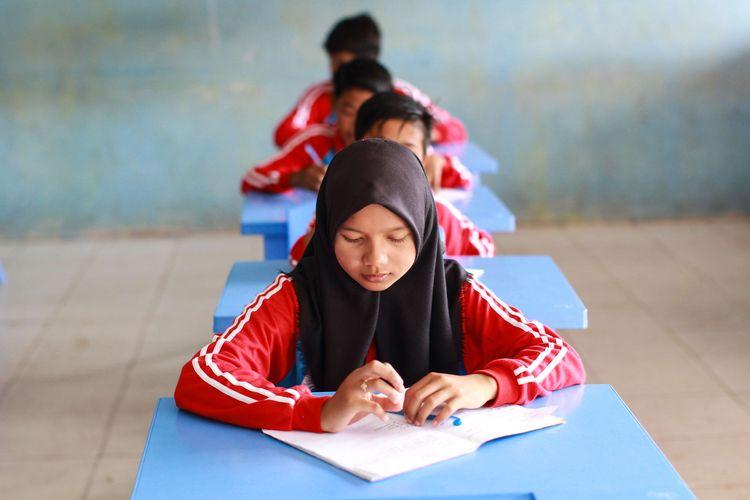 Siswa-siswi SPM Negeri 1 Tebing Tinggi Timur, Sungai Tohor, Kepulauan Meranti, Riau mengikuti sekolah tatap muka Sabtu (13/2/2021). Sejak Januari sekolah ini sudah menerapkan pembelajaran tatap muka dengan sistem shift. Di Sungai Tohor, hingga saat ini belum ditemukan kasus positif Covid-19.