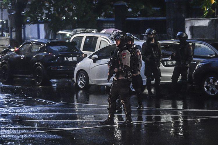 Personel kepolisian dengan rompi anti peluru dan senjata laras panjang berjaga di Mabes Polri, Jakarta, Rabu (31/3/2021). Mabes Polri memperketat penjagaan pascaserangan dari terduga teroris yang tewas di tempat usai baku tembak. ANTARA FOTO/Muhammad Adimaja/wsj.