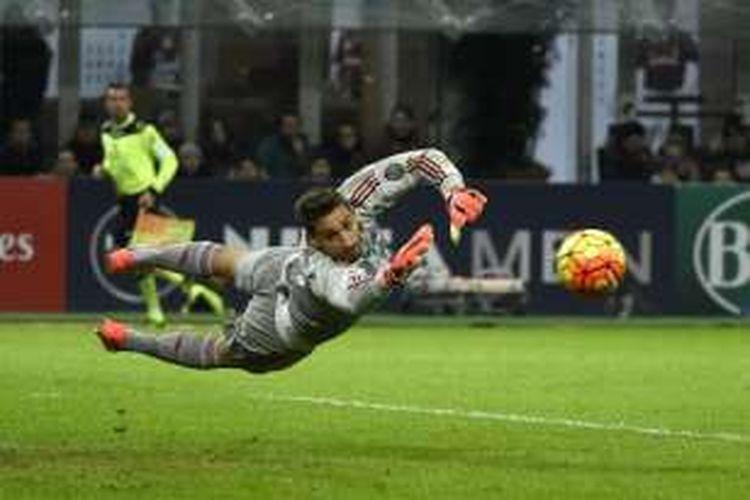 Gianluigi Donnarumma melakukan penyelamatan saat AC Milan melawan Sampdoria pada partai Serie A di Stadion San Siro, 28 November 2015.