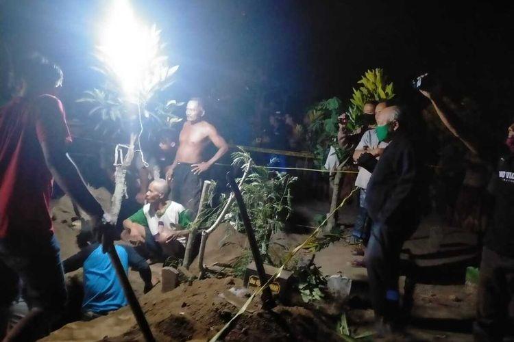 Makam salah satu warga Dusun Sumberbeji, Desa Kesamben, Kecamatan Ngoro, Kabupaten Jombang, Jawa Timur, ditemukan dalam kondisi terbongkar dan berantakan, Minggu (20/9/2020) petang. Satu dari tiga potong kain kafan dinyatakan hilang.