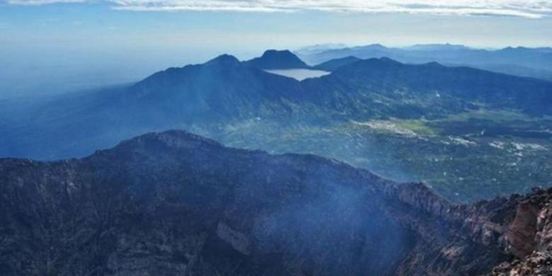 Danau Gunung Tujuh di kawasan Gunung Tujuh, yang masih termasuk dalam wilayah Taman Nasional Kerinci Seblat.