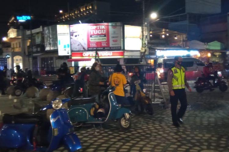 Polisi membubarkan rombongan pengendara skuter yang berkerumun di Tugu Pal Putih, Yogyakarta, Sabtu (5/12/2020).