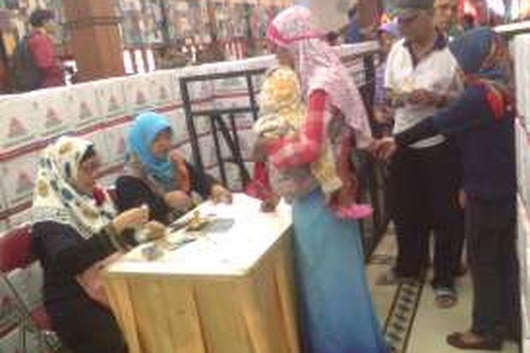 Masyarakat antusias mengunjungi pasar murah yang dihelat Semen Indonesia Group di Gresik, Jumat (24/6/2016).