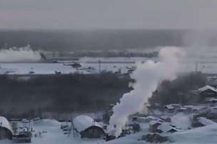 Foto yang diambil dari rekaman video ini memperlihatkan pesawat Tu-154 mendarat darurat di bandara kota Mirny, Rusia.
