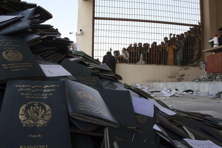 Warga Afghanistan menunggu untuk mengambil paspor mereka dengan visa Pakistan di kota Jalalabad timur Kabul, Afghanistan, Rabu, 21 Oktober 2020. Sedikitnya 11 wanita diinjak-injak hingga tewas ketika penyerbuan yang dilakukan Taliban di antara ribuan warga Afghanistan yang menunggu di stadion sepak bola untuk mendapatkan visa ke Pakistan.