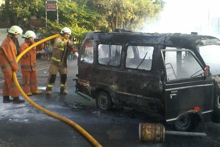 Sebuah angkutan umum (angkot) terbakar di depan POM bensin Cengkareng Timur, Jakarta Barat pada Selasa (8/9/2020) sore.