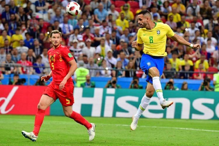 Gelandang Brasil, Renato Augusto, menyundul bola dan mencetak gol ke gawang Belgia pada pertandingan babak 8 besar atau perempat final Piala Dunia 2018 di Kazan Arena, 6 Juli 2018.