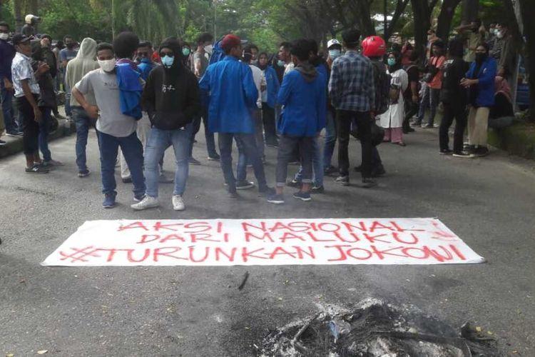 Puluhan Mahasiswa Universitas Pattimura Ambon menggelar aksi demo menolak PPKM, Senin (19/7/2021). Dalam aksi itu para mahasiswa juga menutut Presiden Joko Widodo mundur dari jabatannya