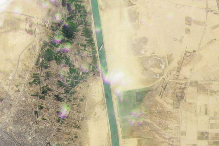 Citra satelit menunjukkan kapal raksasa Ever Given memblokir Terusan Suez.