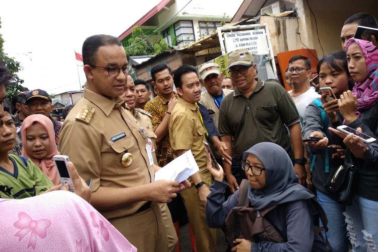 Gubernur DKI Jakarta Anies Baswedan mengunjungi RW 007 Kampung Melayu, Jakarta Timur yang terendam banjir, Selasa (6/2/2018) siang.