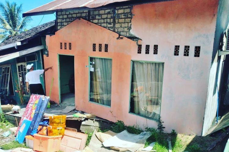 Rumah yang ditinggali Inah dan keluarga miring dan ambruk akibat pondasi rumah yang tak kuat menahan beban.