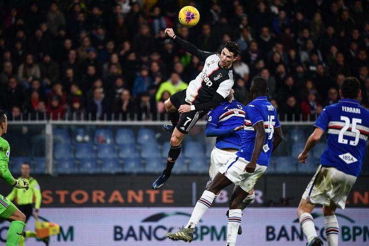 Penyerang Juventus, Cristiano Ronaldo, menyundul bola ketika melawan Sampdoria pada giornata ke-17 Serie A Liga Italia.