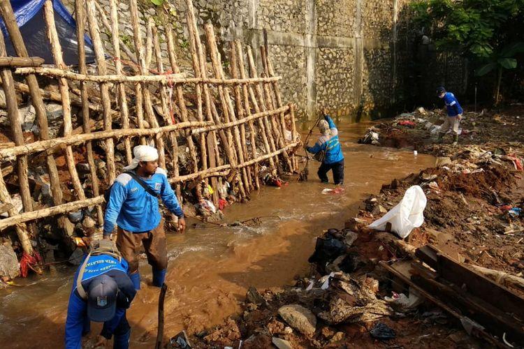 Wali Kota Jakarta Selatan, Marullah Matali melakukan kerja bakti bersama dengan masyarakat di Jalan Damai, Ciganjur, Jagakarsa, Minggu (18/10/2020).