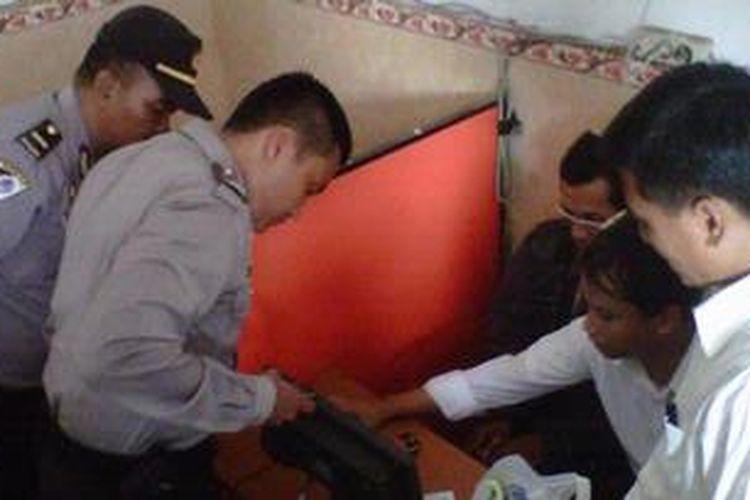 Polres Kediri Kota, Jawa Timur melakukan pemeriksaan terhadap rumah kontrakan maupun warung internet untuk mengantisipasi adanya aksi terorisme, Senin(29/10/2012).