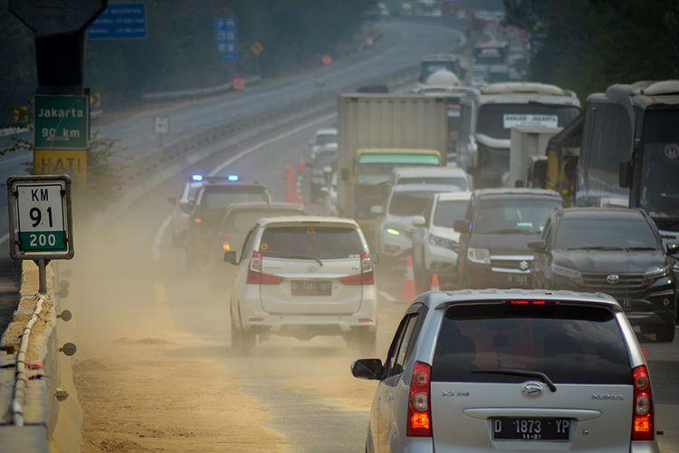 Kendaraan melintas saat pemberlakuan contraflow di KM 91 Tol Cipularang, Kabupaten Purwakarta, Jawa Barat, Selasa (3/9/2019). Pemberlakuan contraflow tersebut diberlakukan selama proses olah TKP kecelakaan beruntun di KM 91 oleh petugas berwenang.