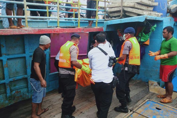 Satu jasad Anak Buah Kapal (ABK) KM Mina Sejati yang teridentifikasi bernama Riri Prasetyo dibawa ke Pelabuhan Dobo, Kepulauan Aru, Maluku, Senin (2/8/2019):