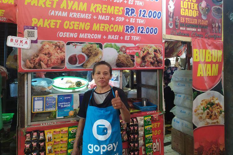 Sulastri, salah satu penjual masakan chinese food di Kantin Plaza, Kampus Universitas Gajah Mada (UGM), Yogyakarta, yang sudah dua tahun menggunakan GoPay sebagai salah satu alat pembayaran di kantinnya.