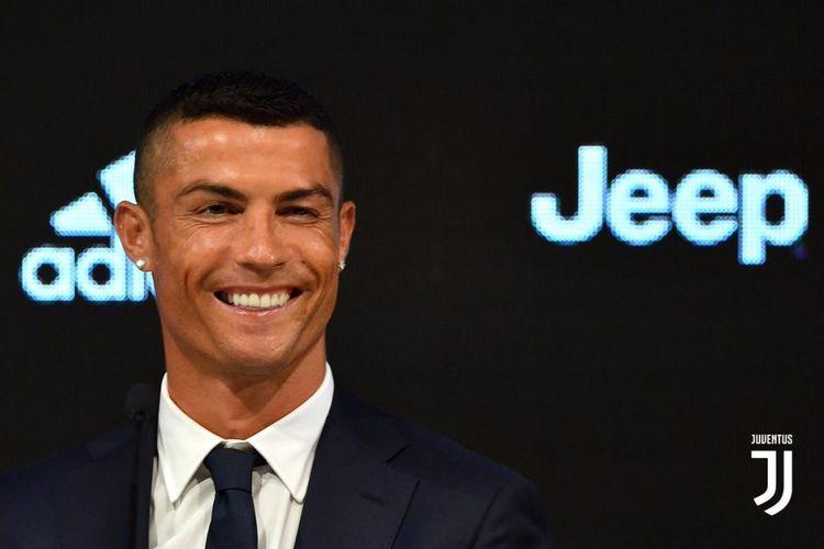 Cristiano Ronaldo menjalani wawancara pertamanya sebagai pemain Juventus di Turin, 16 Juli 2018.