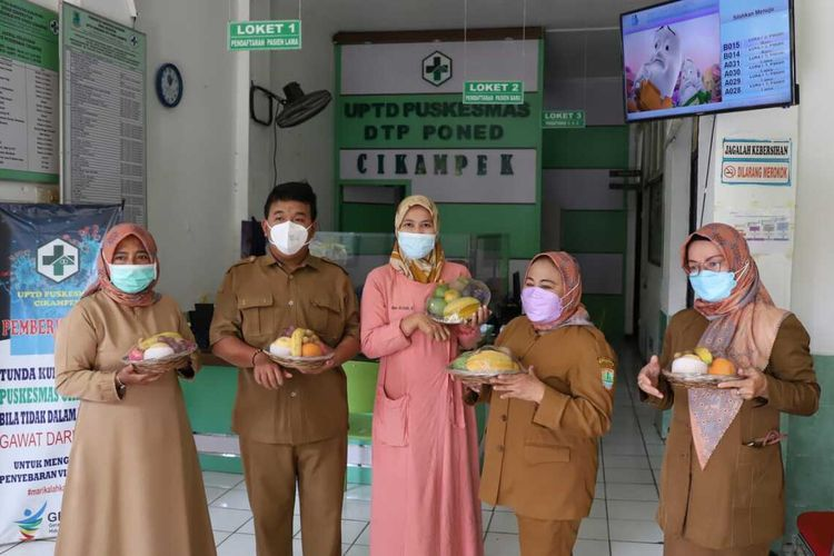 Tenaga kesehatan di Cikampek menerima paket buah-buahan lokal dari PT Pupuk Kujang.
