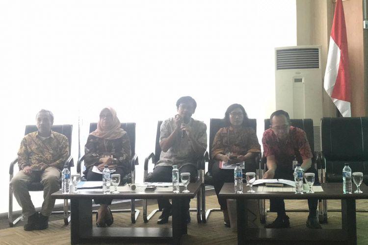 Dirjen EBTKE Kementerian ESDM Rida Mulyana (tengah) di kantornya, Jakarta, Jumat (26/10/2018).