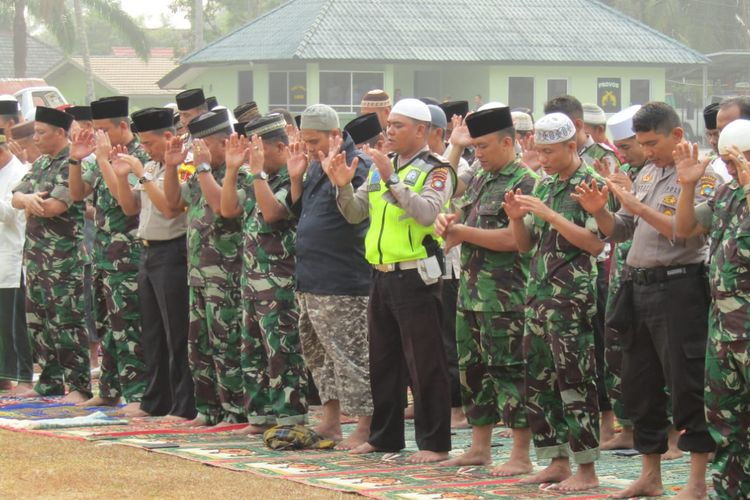 TNI menggelar shalat istisqa di lapangan Makodim Bangka, Rabu (18/9/2019).
