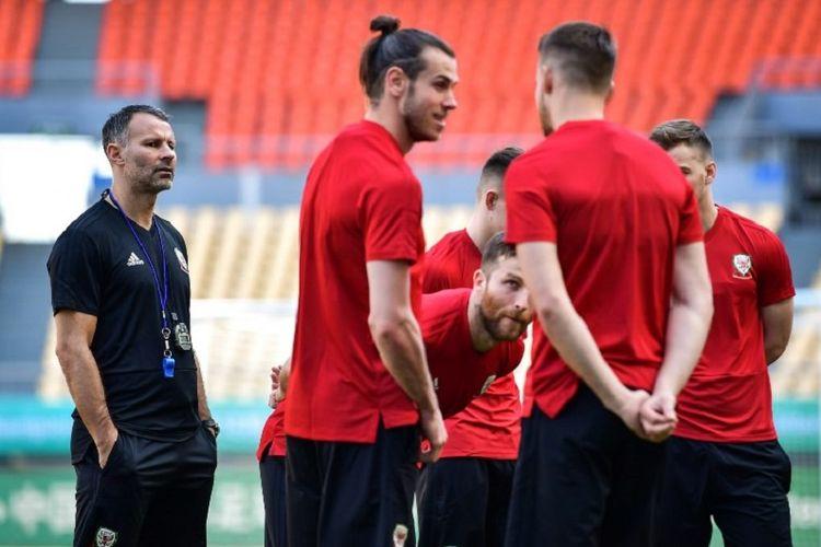 Pelatih timnas Wales, Ryan Giggs, memimpin latihan Gareth Bale dkk di Nanning, Selasa (20/3/2018).