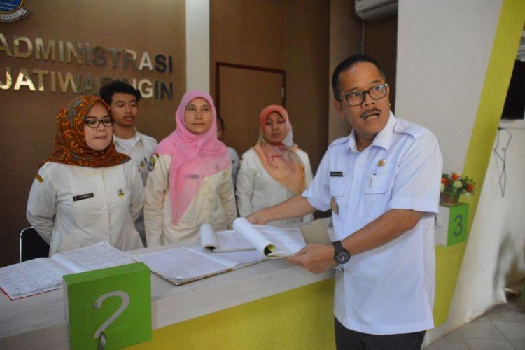 Penjabat (Pj) Walikota Bekasi Ruddy Gandakusumah saat sidak langsung ke Kantor Kelurahan Jatiwaringin, Kota Bekasi, Rabu (01/08/2018).