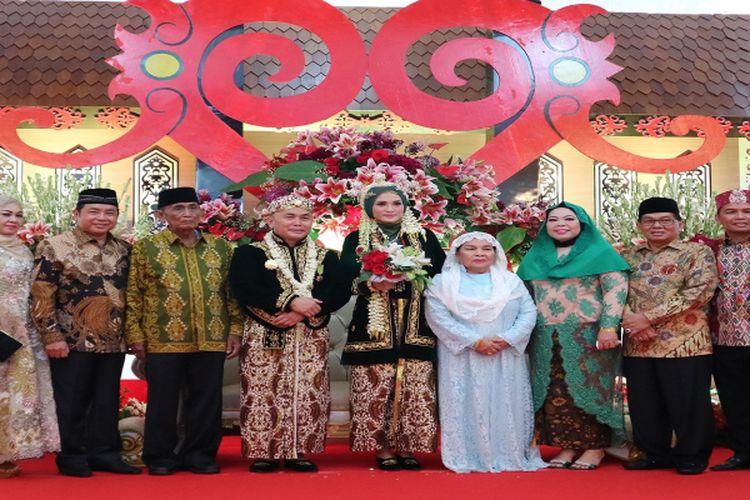 Pasangan pengantin Sugianto Sabran dengan Yulistra Ivo Azhar didampingi oleh keluarga besar.