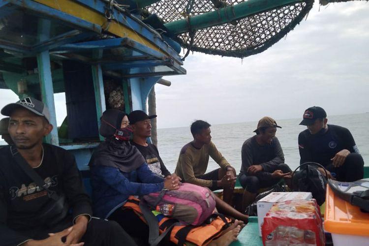 Tim ekspedisi saat mencari keberadaan titik lokasi tenggelamnya kapal van der wijck di perairan Brondong, Lamongan, Kamis (29/4/2021).