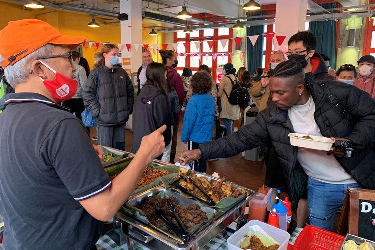 Salah satu pengunjung di acara Pasar Indonesia in Bristol, Inggris, pada Minggu (8/8/2021).