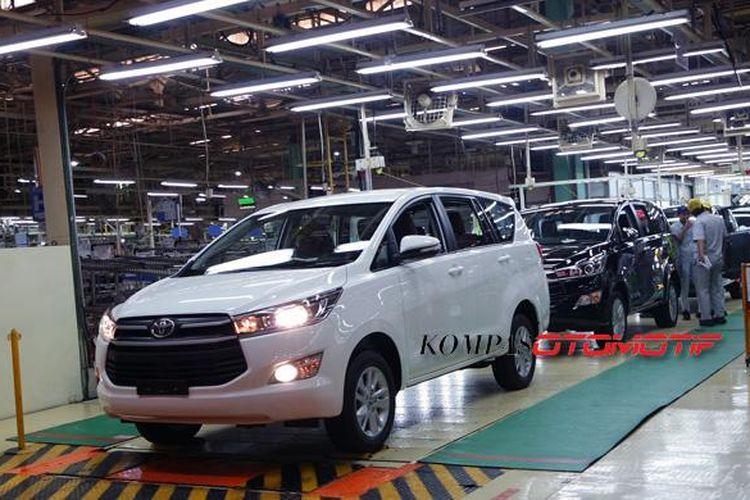 Jalur produksi Toyota All-New Kijang Innova di pabrik Toyota Motor Manufacturing Indoneisa (TMMIN) di Karawang I, Senin (16/11/2015).