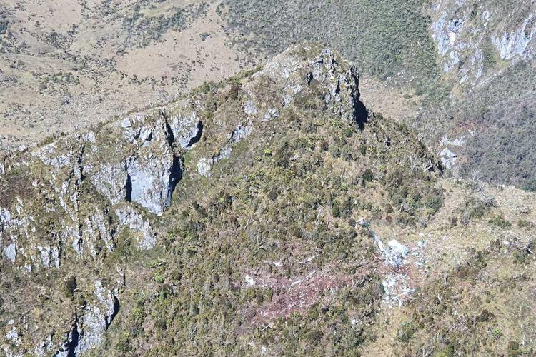 Puing Helikopter M1 17 milik TNI AD yang ditemukan di salah satu tebing di Pegunungan Mandala, Distrik Oksop, Kabupaten Pegunungan Bintang, Senin (10/2/2020)