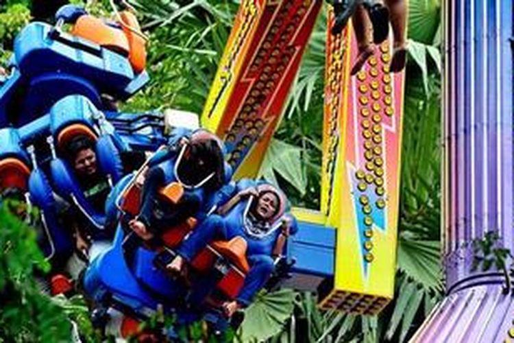 Warga menikmati berbagai jenis hiburan di Dunia Fantasi, Taman Impian Jaya Ancol, Jakarta, Minggu (13/3/2011).