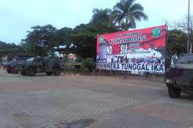 Beberapa kendaraan lapis baja diparkir di Alun-alun Barat Kota Serang, Banten, Selasa (29/11). Korem 064/Maulana Yusuf akan menyelenggarakan aksi Nusantara Bersatu di tempat itu pada 30 November 2016.