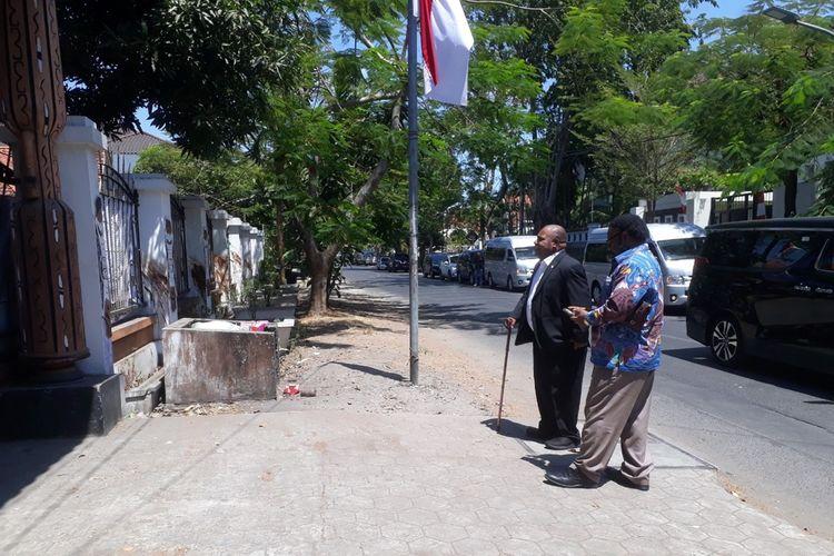 Tidak bisa masuk, dua anggota DPR RI dari Papua hanya berdiri di depan asrama mahasiswa Papua di Surabaya, Rabu (21/8/2019).
