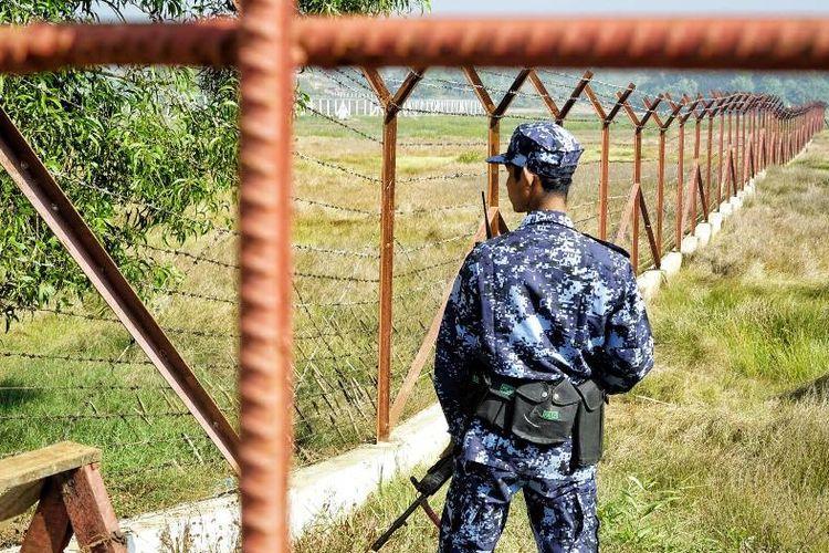 Penjaga perbatasan Myanmar berjaga di luar Maungdaw, Rakhine, tempat di dekat akan dibangunnya pusat transit pengungsi dalam proses pemulangan Rohingya.