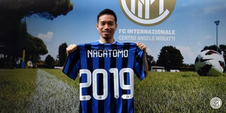 Yuto Nagatomo menandatangani pembaruan kontrak dengan Inter Milan, Jumat (8/4/2016).