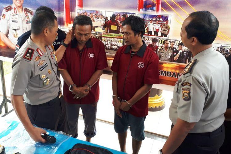 Dua pelaku penyelundupan sabu sebanyak 6 kilogram untuk dibawa ke Jambi saat dihadirkan dalam gelar perkara di Mapolda Sumatera Selatan, Rabu (12/12/2018). Dari penangkapan tersebut, satu tersangka bernama Edi diketahui adalah sipir di Lapas Anak Jambi.