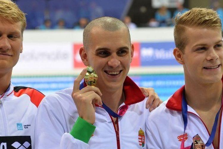 Perenang asal Hungaria, Laszlo Cseh (tengah), saat berhasil meraih medali emas 200 meter gaya kupu-kupu ajang European Aquatics Championships.