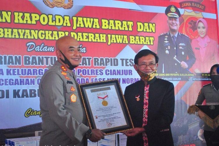 Kapolres Cianjur AKBP Juang Andi Priyanto saat menerima piagam rekor MURI atas kegiatan rapid test massal yang diikuti 2.000 peserta, Kamis (25/6/2020).
