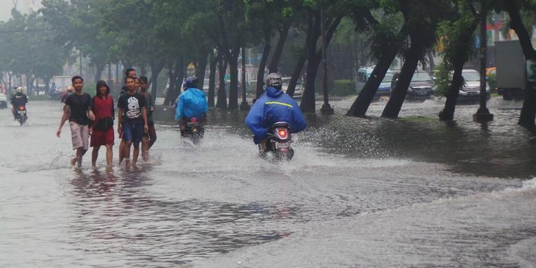 Jalan Boulevard Barat Kelapa Gading, tepatnya mulai bundaran Sentra Kelapa Gading, yang mengarah ke Mall of Indonesia (MoI), Kelapa Gading, Jakarta Utara, Jumat (23/1/2015), digenangi banjir.