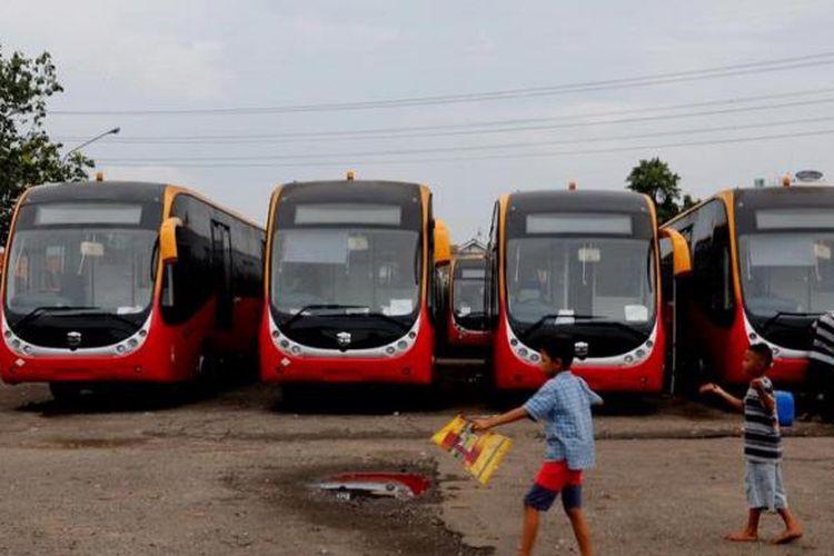 Sebanyak 23 bus Transjakarta, jenis bus gandeng, buatan Zhong Tong China menempati pool Transjakarta di Pesing, Jakarta, Rabu (12/12/2012). Rencananya Pemkot DKI Jakarta, total akan mengimpor sebanyak 66 bus gandeng dari China yang seluruhnya akan tuntas dikirim pada bulan Desember ini. Bentuk bus ini kaca depannya lebih lebar, dilengkapi atribut keselamatan seperti tabung pemadam kebakaran, palu pemecah kaca, dan CCTV.